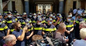 Gürcistan'da gazeteciler parlamento binasına zorla girmeye çalıştılar